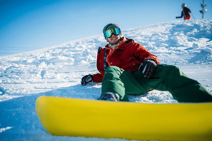 snowboarder wearing goggles to protect eyes from snow